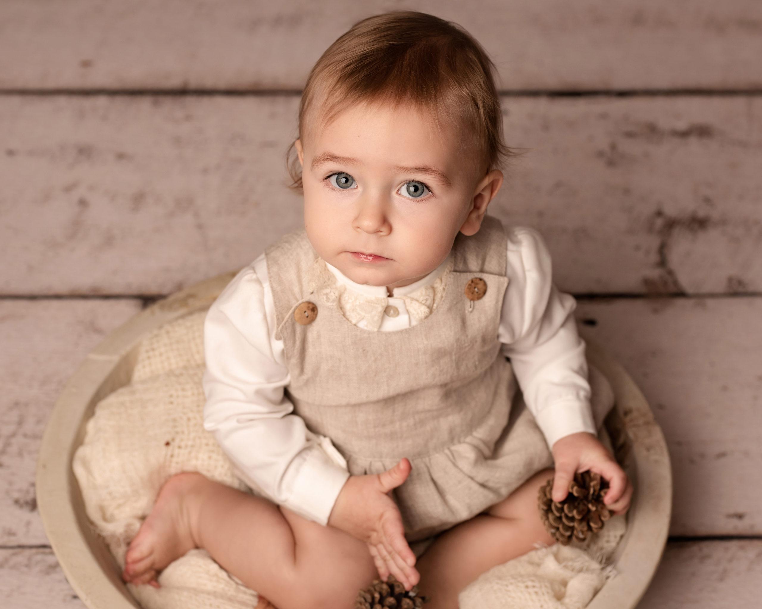 Belle photo bébé garçon en costume de Paqui Barroso faite à la main réalisée hors du shooting famille stylisée en studio photographie fine art à Bruxelles